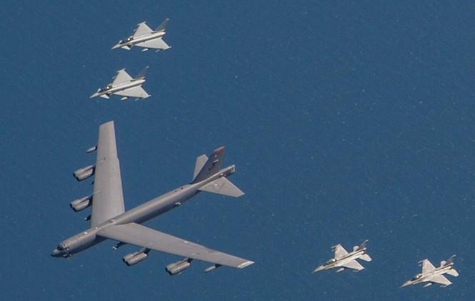 [ẢNH] Không quân NATO thị uy sức mạnh gần biên giới Nga - ảnh 2