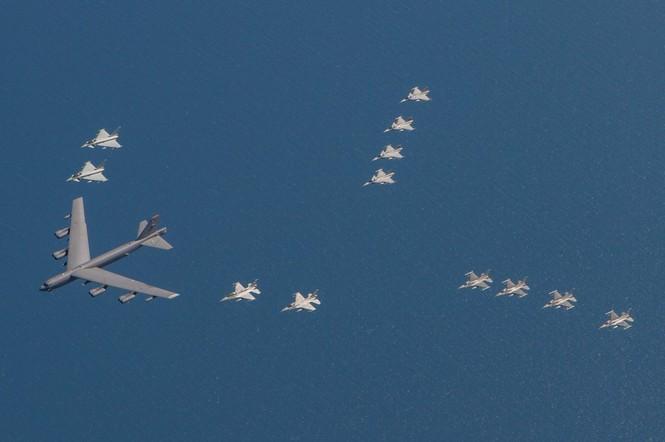 [ẢNH] Không quân NATO thị uy sức mạnh gần biên giới Nga - ảnh 5