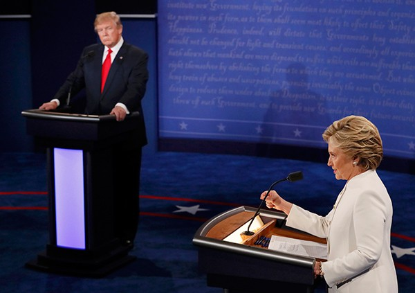 Bà Clinton và ông Trump 'khẩu chiến' dữ dội - ảnh 3