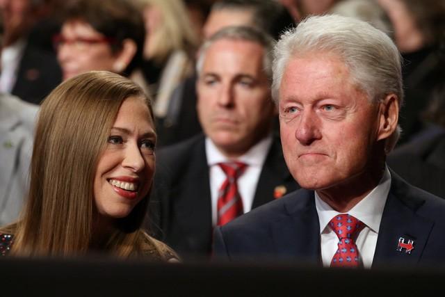 Bà Clinton và ông Trump 'khẩu chiến' dữ dội - ảnh 6