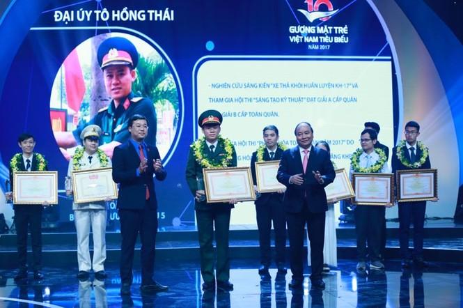 Thủ tướng trao giải thưởng Gương mặt trẻ Việt Nam tiêu biểu năm 2017 - ảnh 4