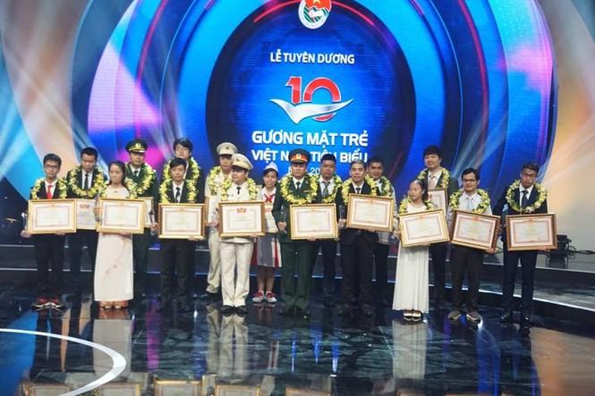 Thủ tướng trao giải thưởng Gương mặt trẻ Việt Nam tiêu biểu năm 2017 - ảnh 1