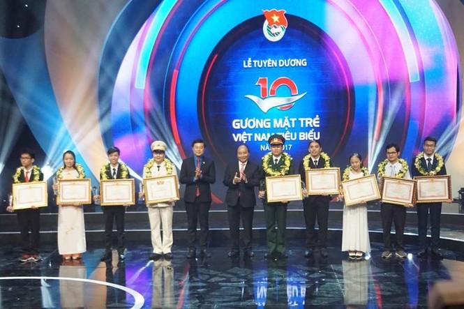 Thủ tướng trao giải thưởng Gương mặt trẻ Việt Nam tiêu biểu năm 2017 - ảnh 6