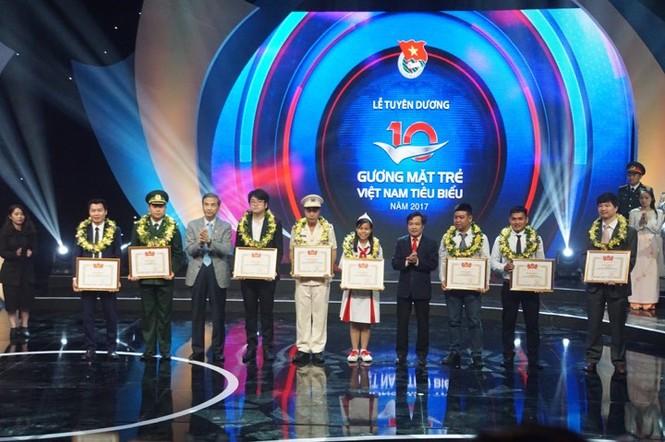 Thủ tướng trao giải thưởng Gương mặt trẻ Việt Nam tiêu biểu năm 2017 - ảnh 2