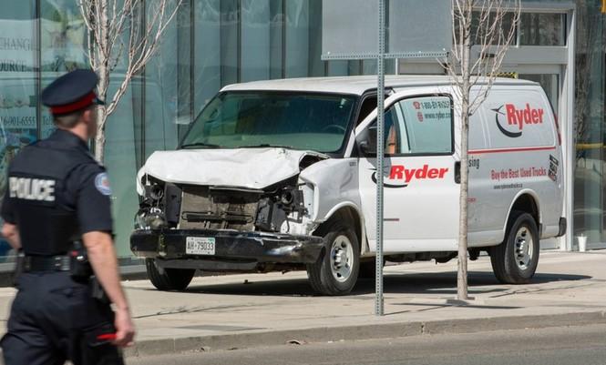 Lao xe tải vào đám đông người đi bộ, 10 người chết - ảnh 3
