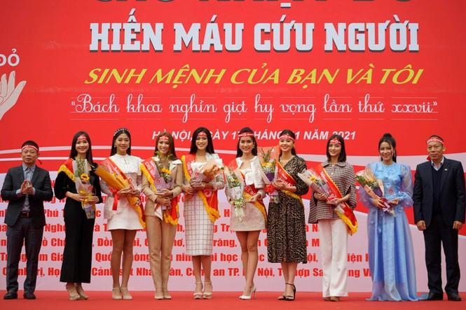 Hoa hậu Đỗ Thị Hà phấn khích cổ vũ hết mình rapper Rica - ảnh 2