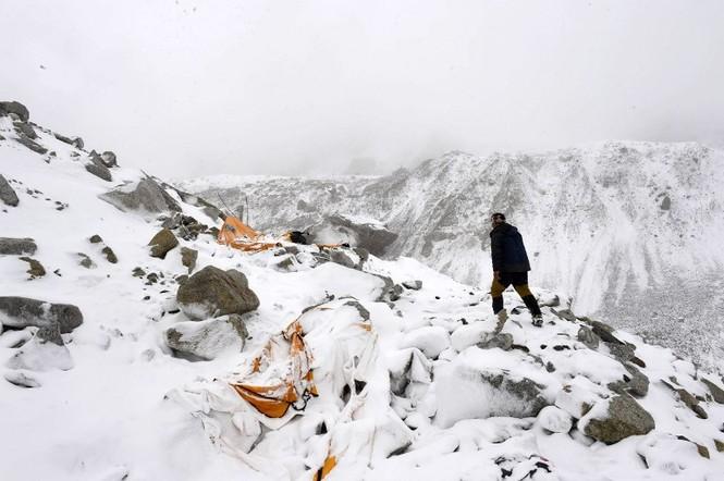 [ẢNH] Hiện trường vụ lở tuyết đẫm máu nhất ở Everest - ảnh 5