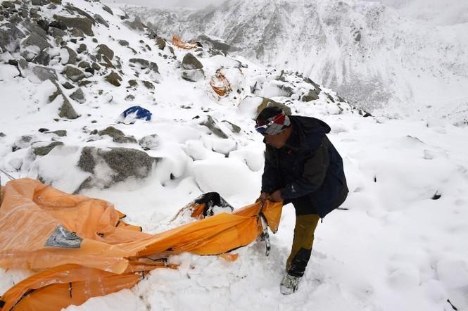 [ẢNH] Hiện trường vụ lở tuyết đẫm máu nhất ở Everest - ảnh 6