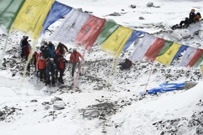 [ẢNH] Hiện trường vụ lở tuyết đẫm máu nhất ở Everest - ảnh 8