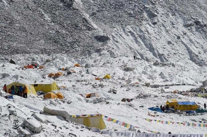 [ẢNH] Hiện trường vụ lở tuyết đẫm máu nhất ở Everest - ảnh 9