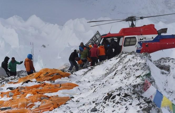 [ẢNH] Hiện trường vụ lở tuyết đẫm máu nhất ở Everest - ảnh 10