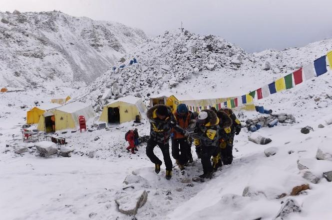 [ẢNH] Hiện trường vụ lở tuyết đẫm máu nhất ở Everest - ảnh 1