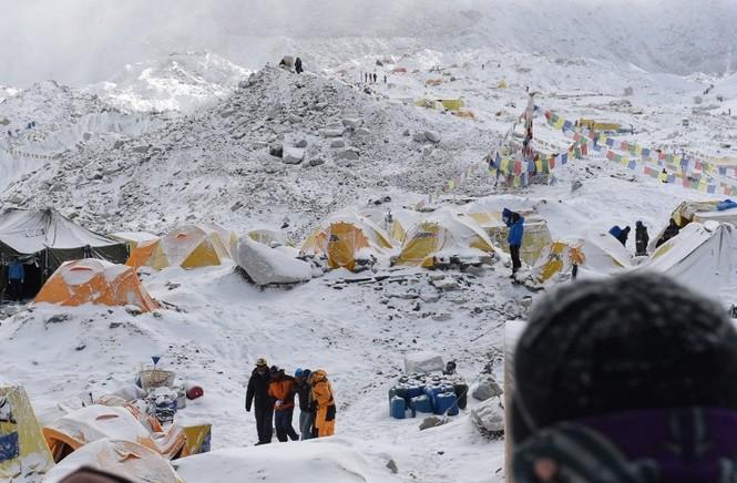 [ẢNH] Hiện trường vụ lở tuyết đẫm máu nhất ở Everest - ảnh 3