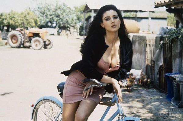 Biểu tượng sắc đẹp Monica Bellucci đẹp rạng ngời ở tuổi 52 - ảnh 10