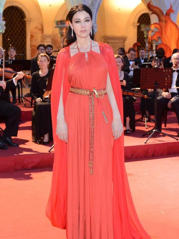 Biểu tượng sắc đẹp Monica Bellucci đẹp rạng ngời ở tuổi 52 - ảnh 2