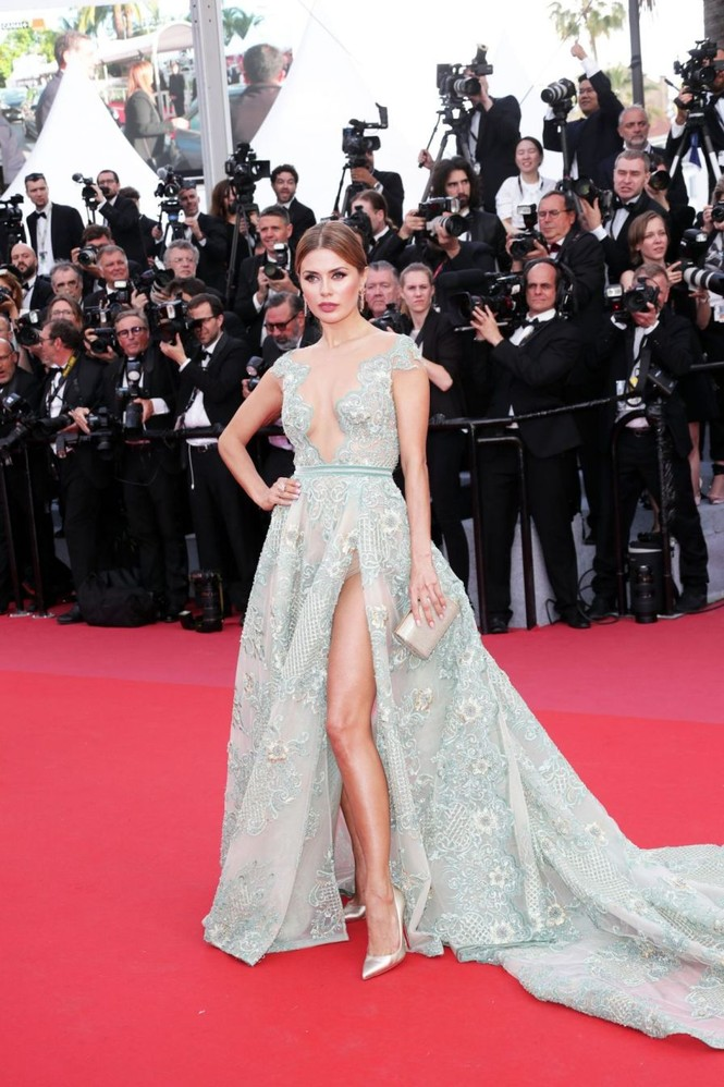 Siêu mẫu Nga mặc đầm xẻ cao, hớ hênh trên thảm đỏ Cannes 2018 - ảnh 1