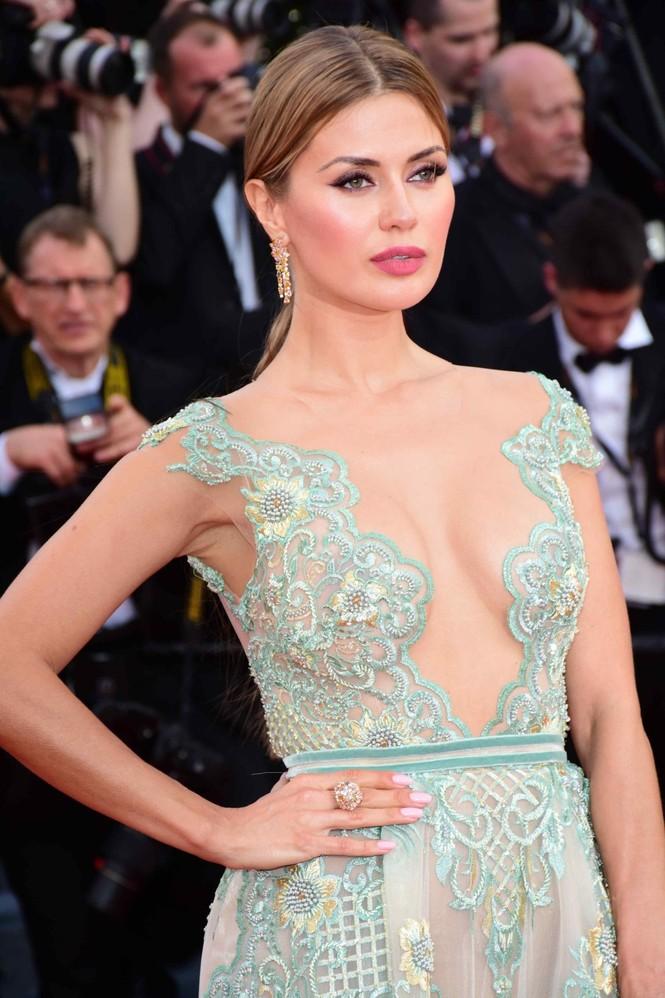 Siêu mẫu Nga mặc đầm xẻ cao, hớ hênh trên thảm đỏ Cannes 2018 - ảnh 6