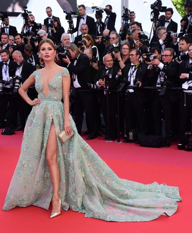 Siêu mẫu Nga mặc đầm xẻ cao, hớ hênh trên thảm đỏ Cannes 2018 - ảnh 2