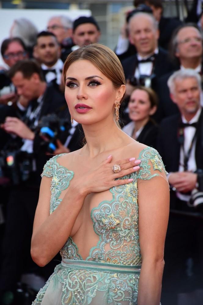 Siêu mẫu Nga mặc đầm xẻ cao, hớ hênh trên thảm đỏ Cannes 2018 - ảnh 7