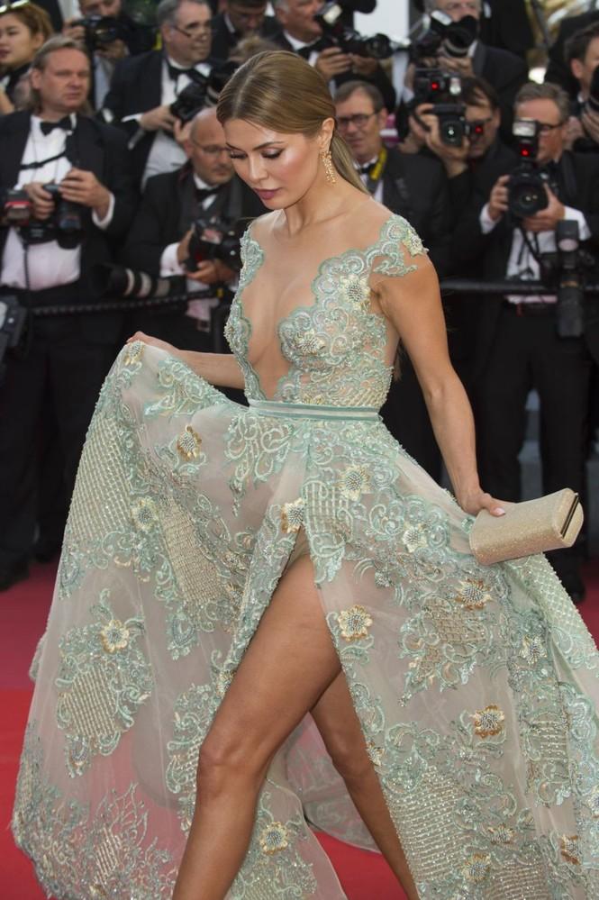 Siêu mẫu Nga mặc đầm xẻ cao, hớ hênh trên thảm đỏ Cannes 2018 - ảnh 3