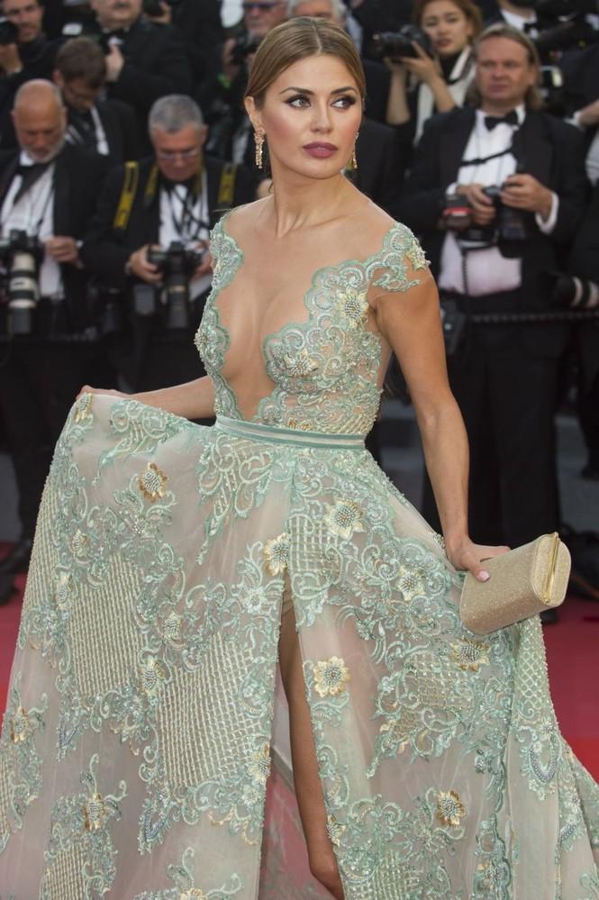 Siêu mẫu Nga mặc đầm xẻ cao, hớ hênh trên thảm đỏ Cannes 2018 - ảnh 4