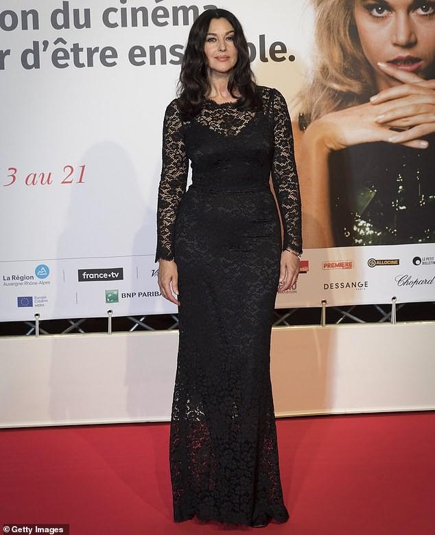 'Tượng đài nhan sắc' Monica Bellucci khoe dáng tạc tượng đầy ngưỡng mộ - ảnh 3