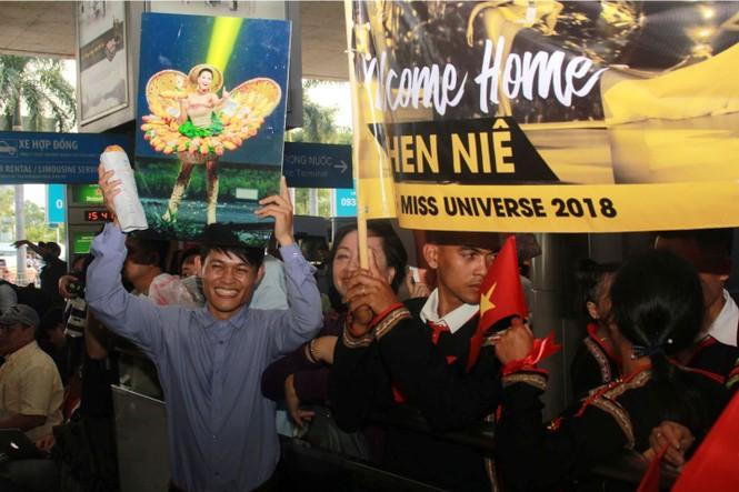 H'Hen Niê cầm bánh mì, nghẹn ngào trong vòng tay fan khi về nước - ảnh 2