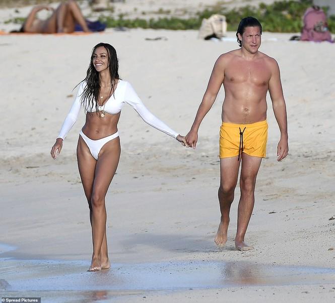 Bạn trai cũ Amber Heard tình tứ ôm hôn bạn gái mới trên biển - ảnh 2