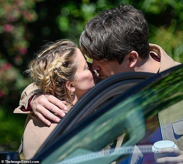 Bạn trai cũ Amber Heard tình tứ ôm hôn bạn gái mới trên biển - ảnh 7