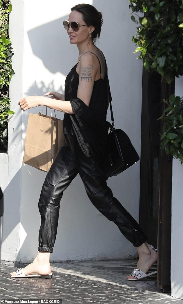 Angelina Jolie mặc áo 2 dây trẻ trung, khoe loạt hình xăm ở lưng - ảnh 2
