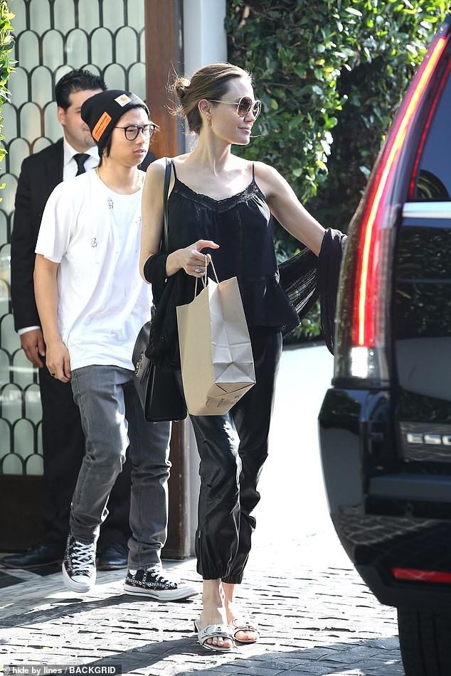 Angelina Jolie mặc áo 2 dây trẻ trung, khoe loạt hình xăm ở lưng - ảnh 5