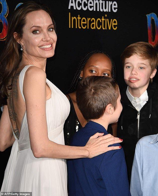 Angelina Jolie mặc áo 2 dây trẻ trung, khoe loạt hình xăm ở lưng - ảnh 8