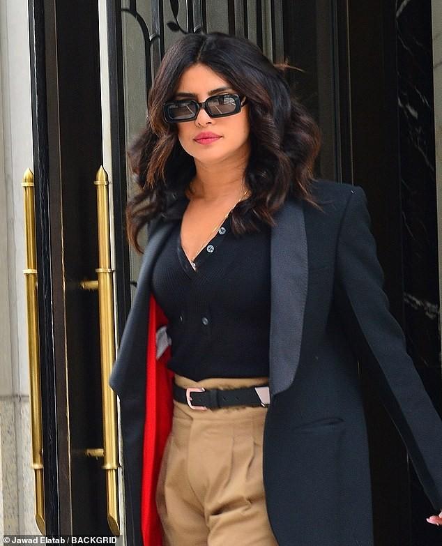 Hoa hậu Priyanka Chopra đẹp cá tính như một Fashionista trên phố - ảnh 2