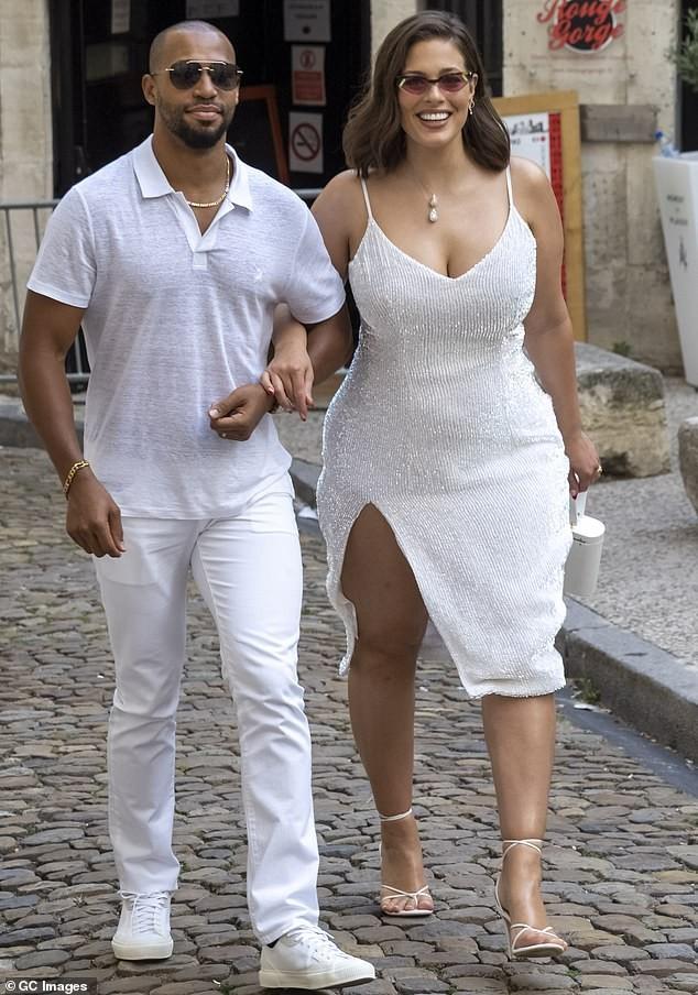 Siêu mẫu ngoại cỡ Ashley Graham gợi cảm hết nấc với váy 2 dây tôn ngực đầy - ảnh 1