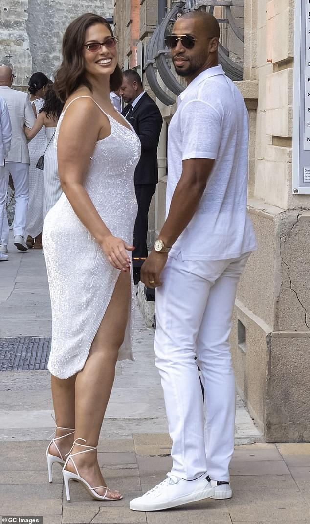 Siêu mẫu ngoại cỡ Ashley Graham gợi cảm hết nấc với váy 2 dây tôn ngực đầy - ảnh 2