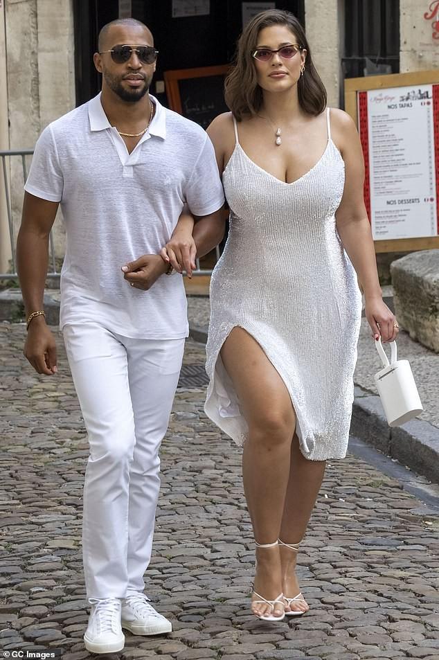 Siêu mẫu ngoại cỡ Ashley Graham gợi cảm hết nấc với váy 2 dây tôn ngực đầy - ảnh 3