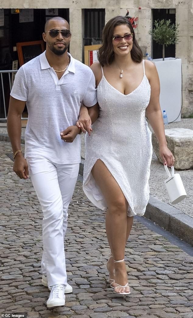 Siêu mẫu ngoại cỡ Ashley Graham gợi cảm hết nấc với váy 2 dây tôn ngực đầy - ảnh 4