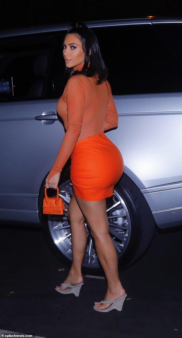 Kim Kardashian 'mặc như không' với áo bó sát khoe dáng như tạc tượng - ảnh 6