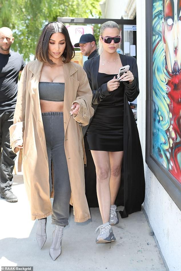 Kim Kardashian mặc crop top bó sát khoe ngực đầy siêu gợi cảm - ảnh 2