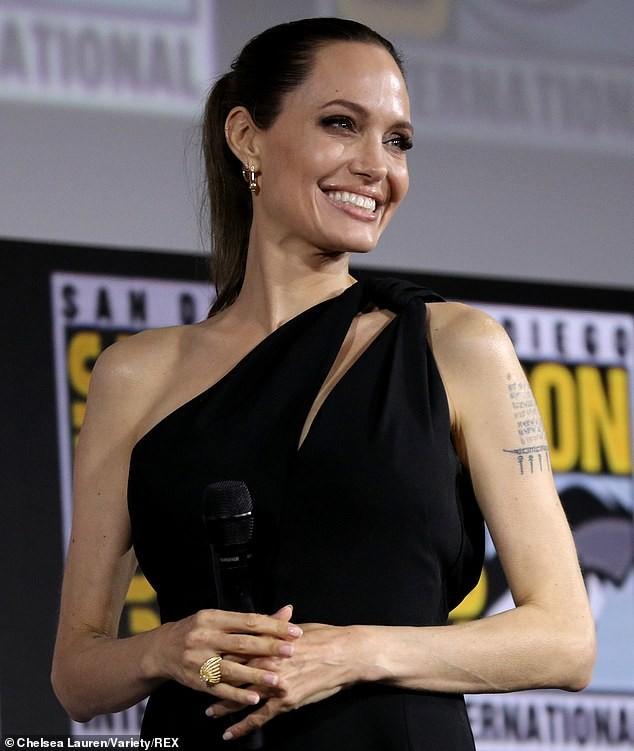 Angelina Jolie mặc đầm lệch vai xinh đẹp, xác nhận tham gia Eternals của Marvel - ảnh 1