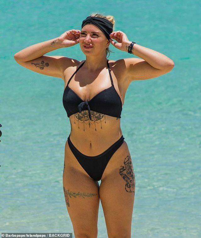 Olivia Buckland nóng bỏng bên chồng ở biển - ảnh 9
