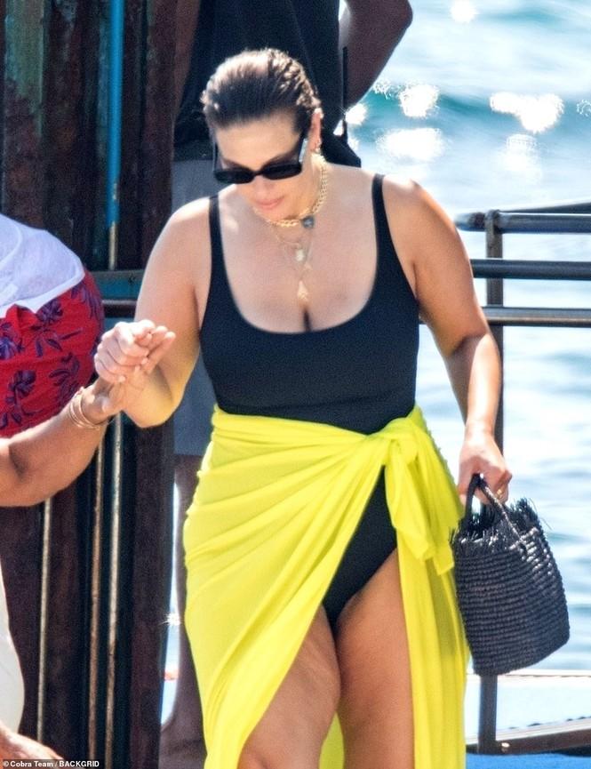 Siêu mẫu ngoại cỡ Ashley Graham phô vóc dáng tròn đầy với áo tắm - ảnh 1
