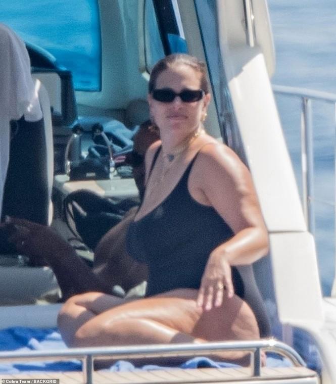Siêu mẫu ngoại cỡ Ashley Graham phô vóc dáng tròn đầy với áo tắm - ảnh 3