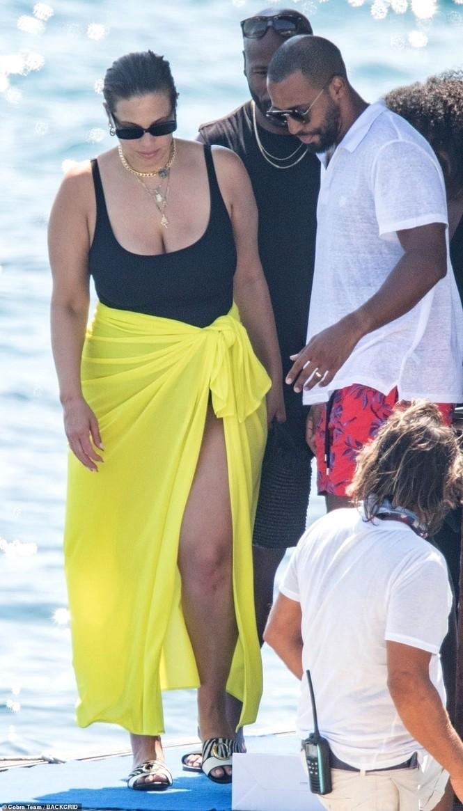 Siêu mẫu ngoại cỡ Ashley Graham phô vóc dáng tròn đầy với áo tắm - ảnh 4
