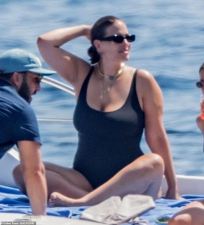 Siêu mẫu ngoại cỡ Ashley Graham phô vóc dáng tròn đầy với áo tắm - ảnh 5