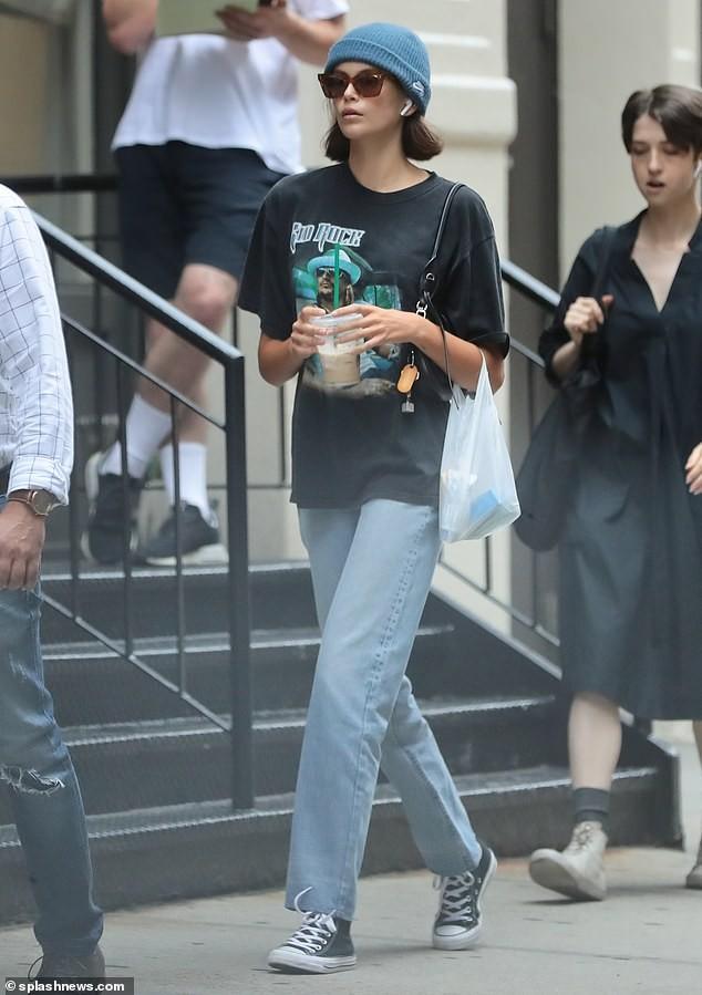 Con gái huyền thoại Cindy Crawford khoe dáng thon, chân dài nổi bật trên phố - ảnh 9