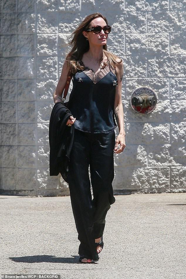 Angelina Jolie lại 'thả rông' vòng 1 trên phố - ảnh 2