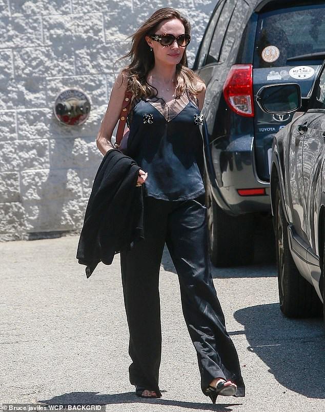 Angelina Jolie lại 'thả rông' vòng 1 trên phố - ảnh 3