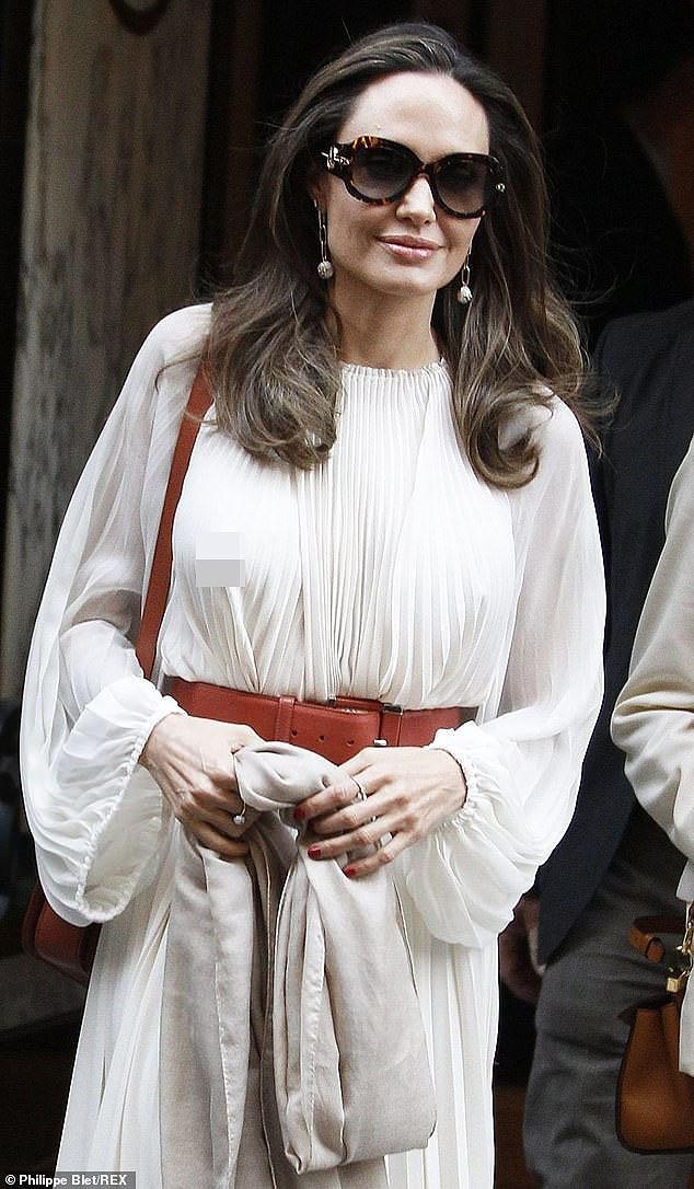 Angelina Jolie lại 'thả rông' vòng 1 trên phố - ảnh 4