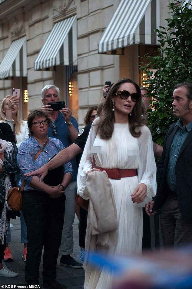 Angelina Jolie lại 'thả rông' vòng 1 trên phố - ảnh 6